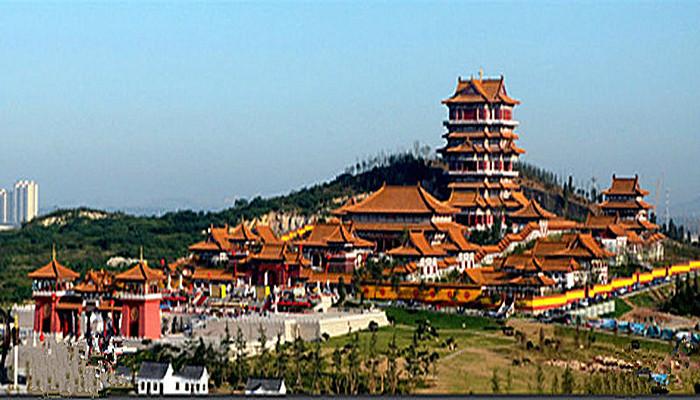 发展目标 国务院发布的《长江三角洲地区区域规划》中明确了徐州的定位:建设以工程机械为主的国际装备制造业基地、能源工业基地、现代农业基地和商贸物流中心、旅游中心,成为淮海经济区的中心城市。 国务院发布的《全国主体功能区规划》中将东陇海地区纳入国家重点开发区域,并明确了徐州的定位:提升沿陇海带的发展水平,增强徐州集聚人口和经济的能力,加快资源型城市转型,打造重要的能源基地、先进制造业基地、物流基地和商品集散地。 淮海经济区 淮海经济区由江苏、山东、河南和安徽四省二十个地级市组成。包括徐州、连云港、淮安、盐城、